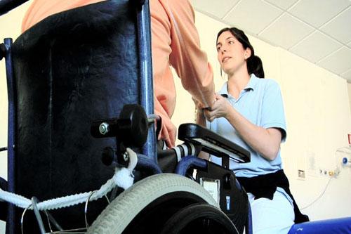 Adiura offre un servizio di accompagnamento per anziani e disabili.